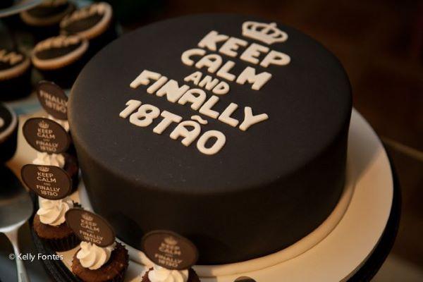 Festa de 18 anos com bolo personalizado