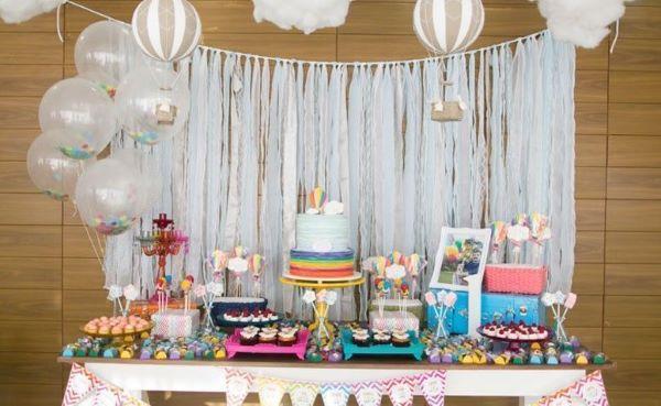 Festa de aniversário com cortina de papel crepom