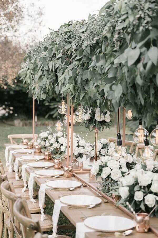 festa de casamento no campo decorada com arranjo de flores brancas e muitas folhagens Foto Pinosy