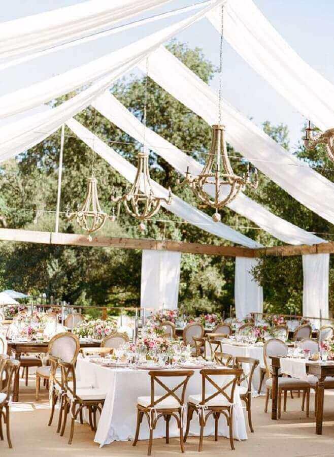 festa de casamento no campo decorada com lustres rústicos Foto WeddCeremony