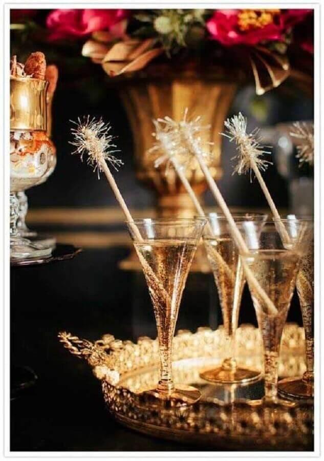 festa de réveillon com bandeja dourada sofisticada Foto Iaza