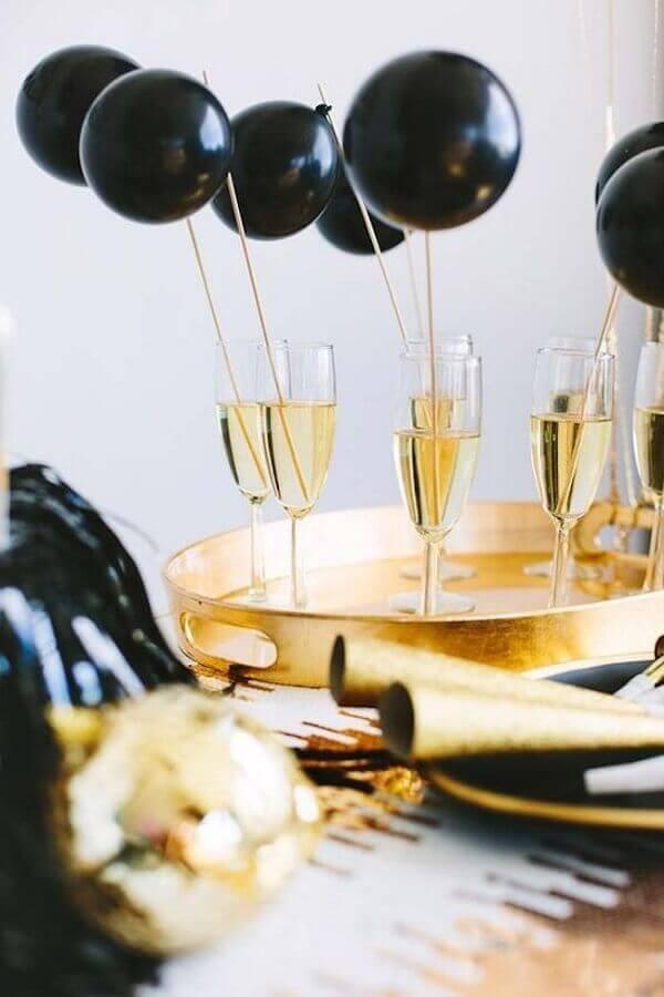 festa de réveillon decorada com pequenos balões pretos em taças Foto Ideias Decor