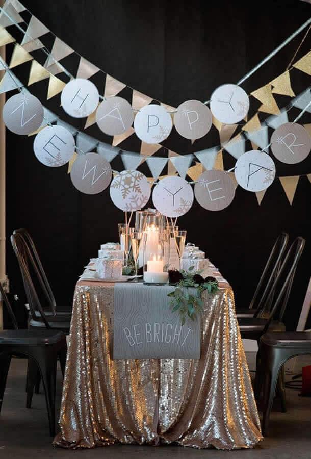 festa de réveillon decorada com varal de bandeirinha Foto Casa e Festa