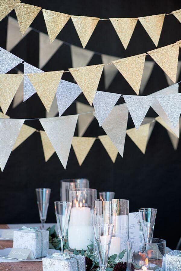 festa de réveillon decorada com varal de bandeirinhas prata e douradas Foto Party Style