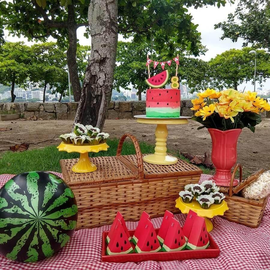 festa decorada com cesta de piquenique e toalha xadrez vermelha Foto Daniela Pontes