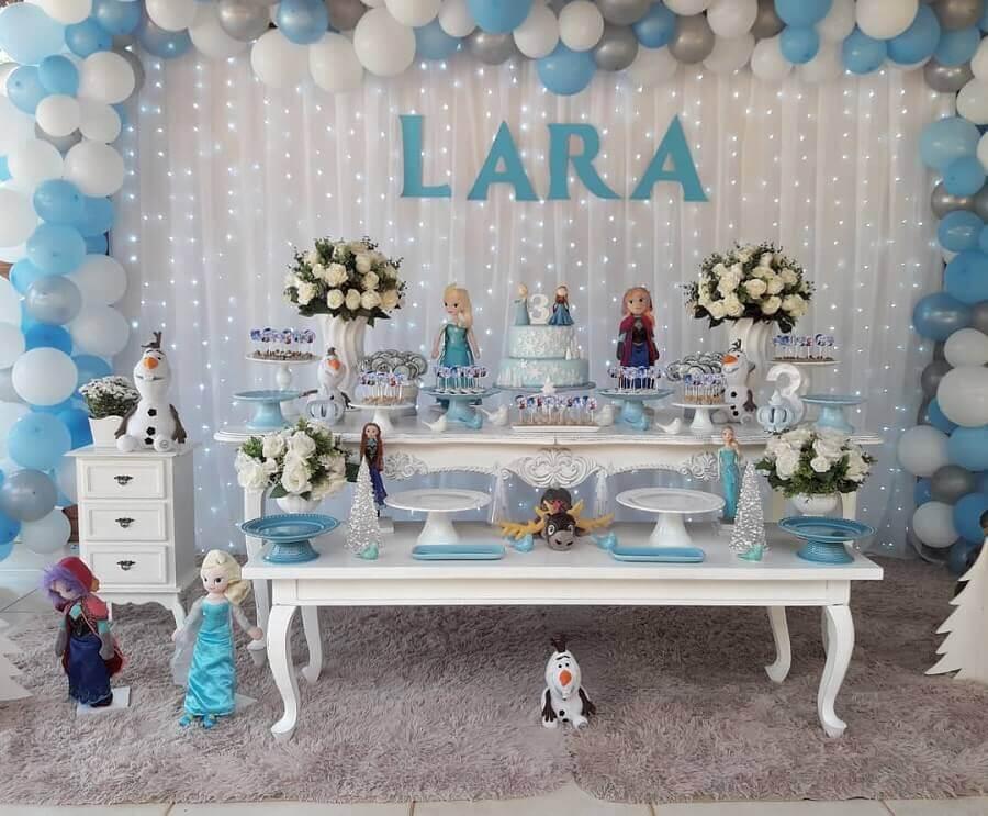festa infantil da frozen decorada com arranjo de bolas azuis e brancas e luzinhas no painel Foto Arco Iris Festas