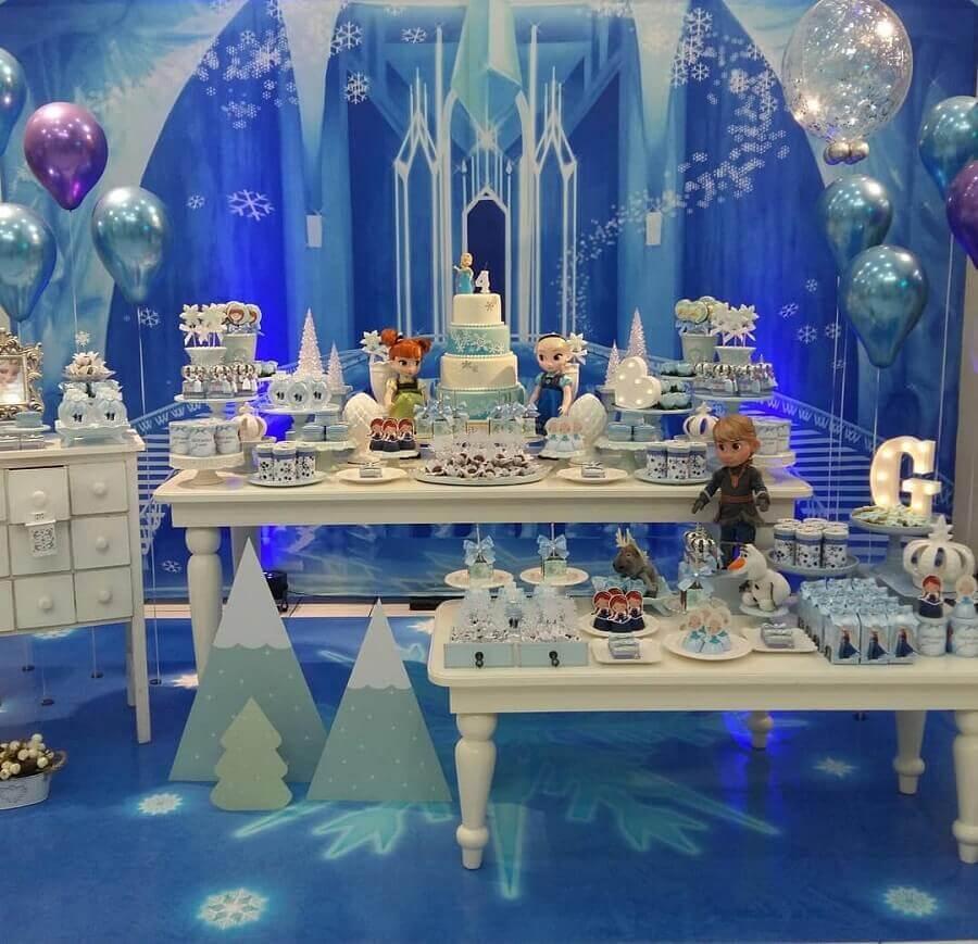 festa infantil da frozen decorada com painel azul do castelo e bonecos dos personagens Foto Ana Agostini Decorações