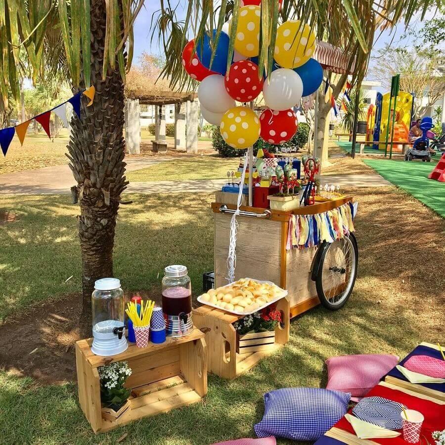 festa picnic decorada com balões e almofadas coloridas Foto Daniela Chiessi