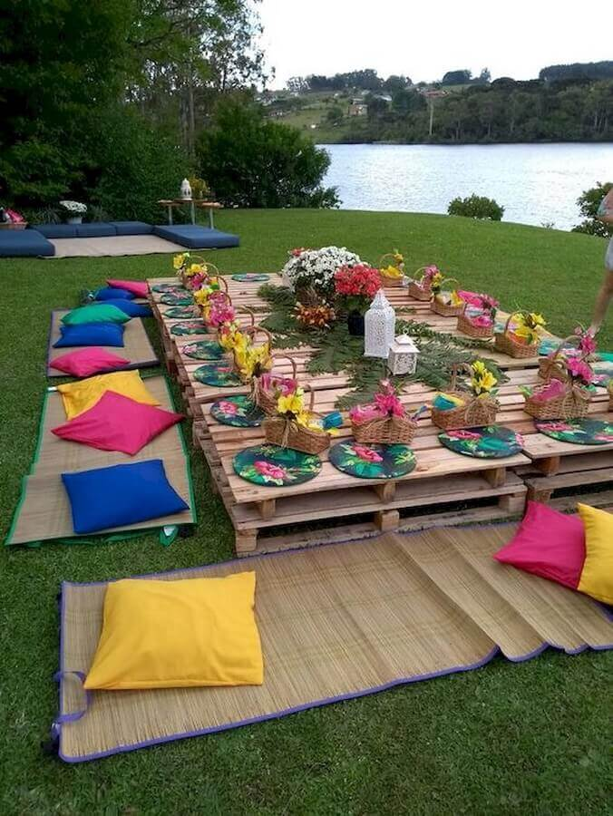 festa piquenique decorada com almofadas coloridas e pallets Foto Googodecor