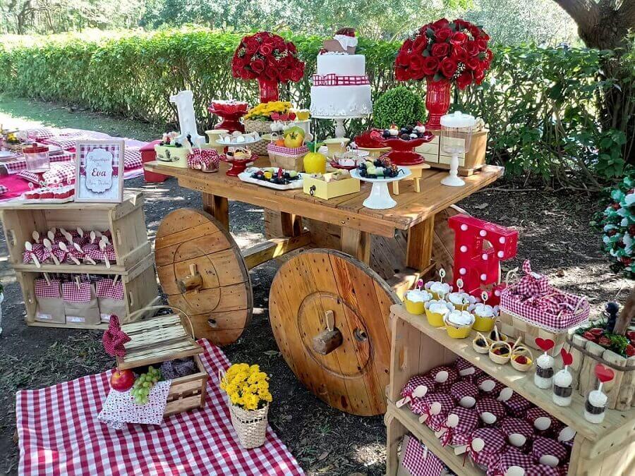 festa piquenique decorada com móvel antigo e caixote de madeira Foto Fernanda Sanchez