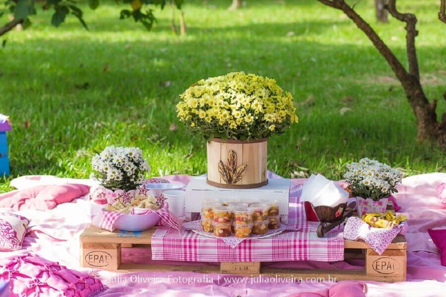 festa piquenique decorada com toalha xadrez e arranjo de flores Foto Mamãe Felicidades e Dicas