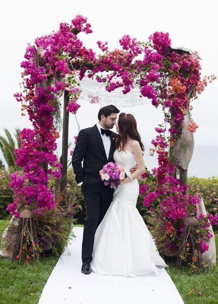 Arco de flores para casamento na cor fucsia