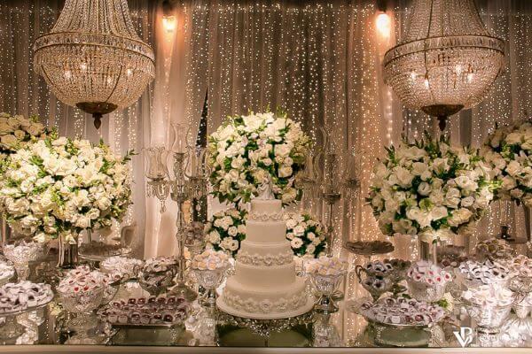 Flores para casamento clássico com luzes