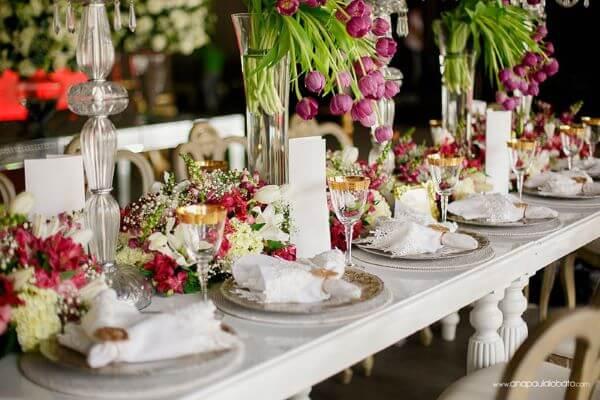 Flores para casamento com tulipas no centro de mesa