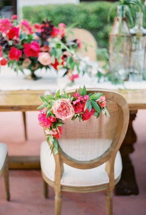Flores para casamento decorando a cadeira da festa