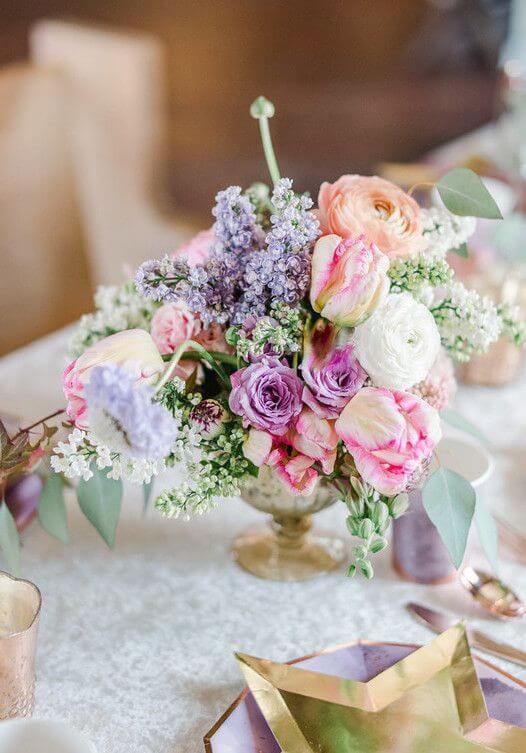 Flores para casamento no centro da mesa