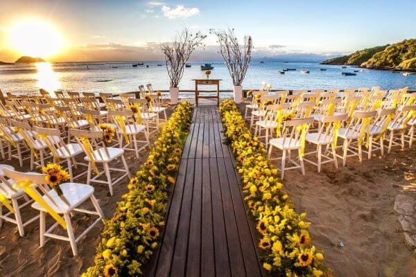 Decoração com flores para casamento girassol decorando a nave