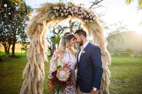 Flores para casamento com protea no buquê e capim dos pampas no arco