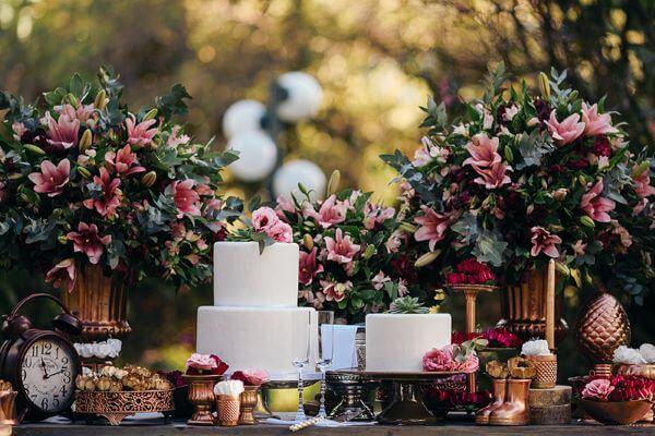 Flores para decoração com lírios e rosas