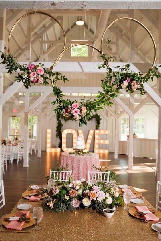 Flores para decoração de casamento com aros e plantas