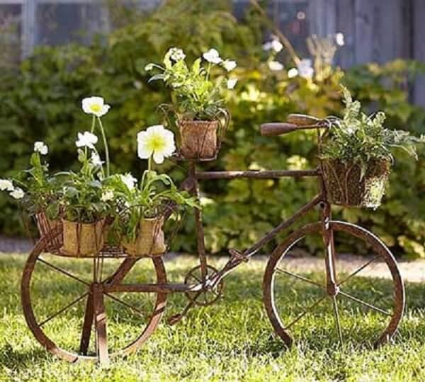 As bicicletas podem formam lindos enfeites para jardim e servir de apoio para os vasos