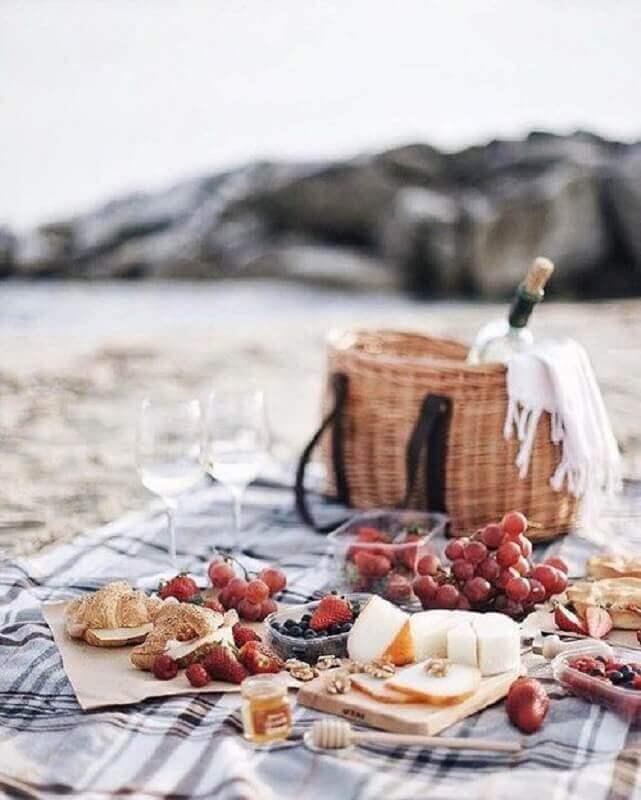 frutas vermelhas e pães para festa piquenique Foto Pinosy