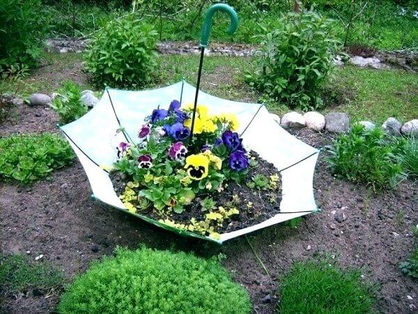 Reaproveite a estrutura do guarda-chuva e crie lindos enfeites para jardim