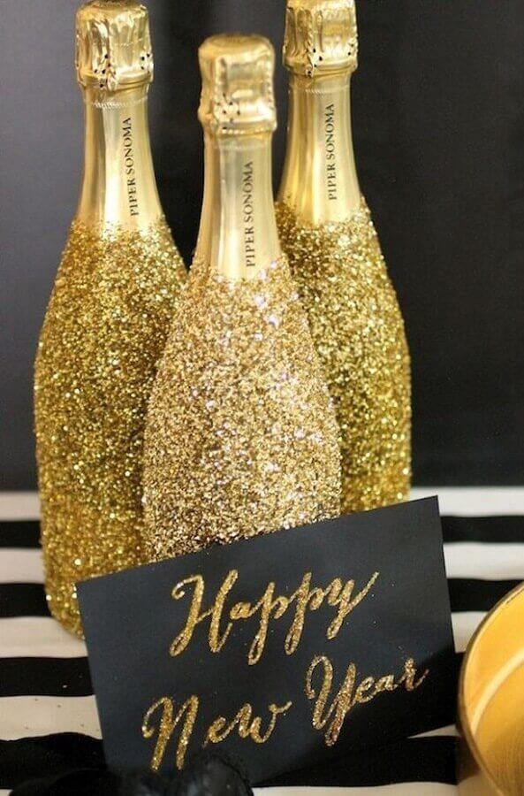 garrafas personalizadas com glitter dourado para festa de réveillon Foto Casa e Festa