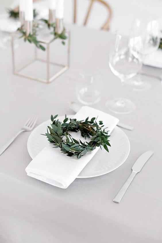 Guardanapo de tecido com plantas na mesa simples