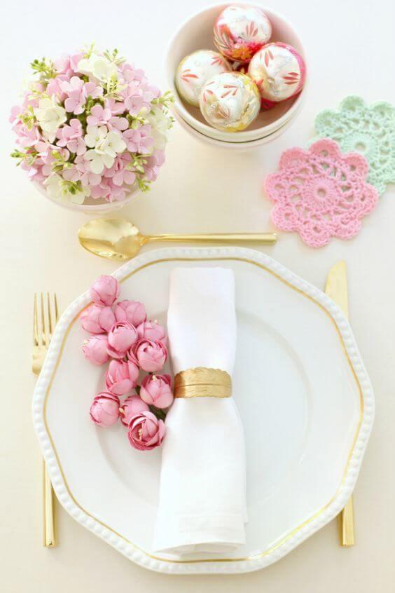 Guardanapo de tecido simples e lindo com flores rosa na mesa