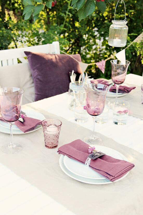 Mesa de festa com guardanapo de tecido roxo