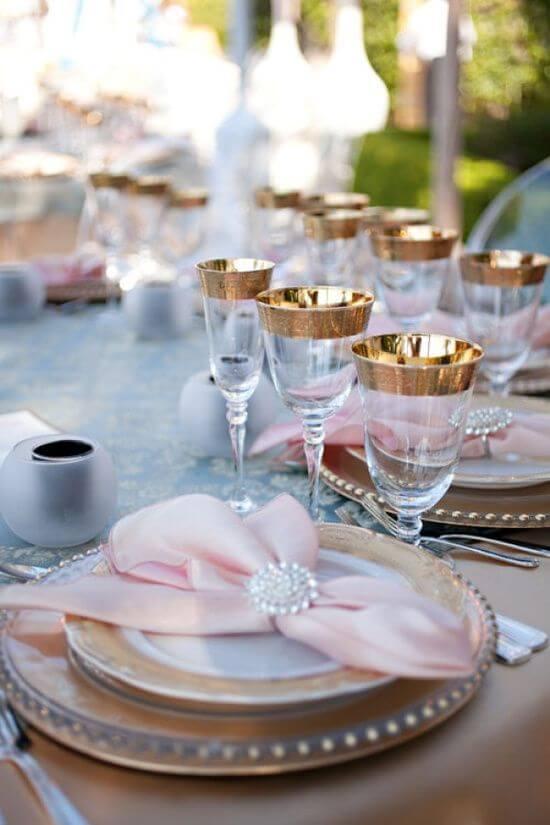 Guardanapo de tecido cor de rosa com decoração em dourado