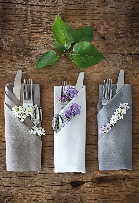 Guardanapo de tecido cinza para colocar os talheres
