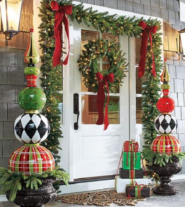 Enfeite de natal para porta encanta que passa na rua