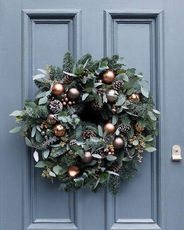 Pinhas, bolas e ramos formam lindos enfeites de Natal