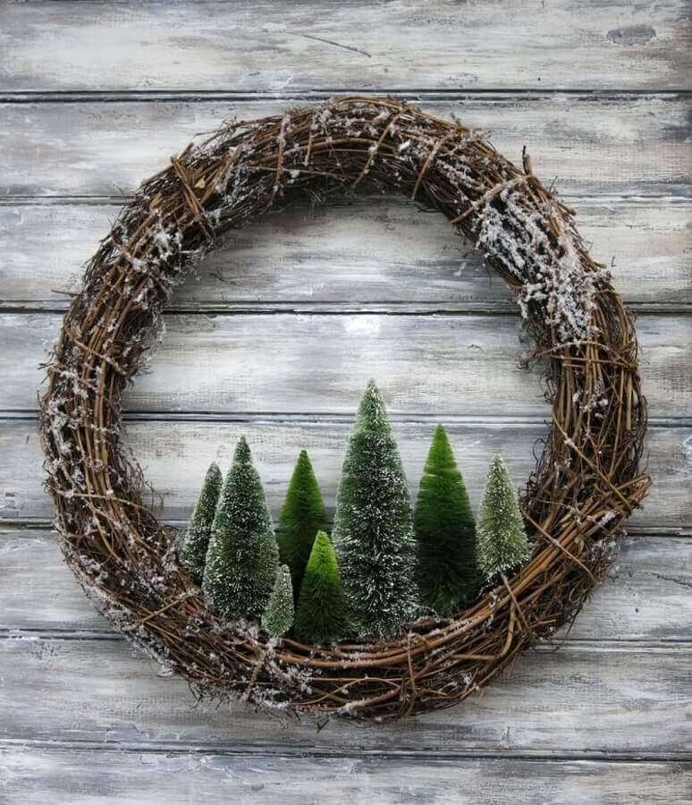rustic garland with mini pine trees for Christmas decoration Foto Decoce
