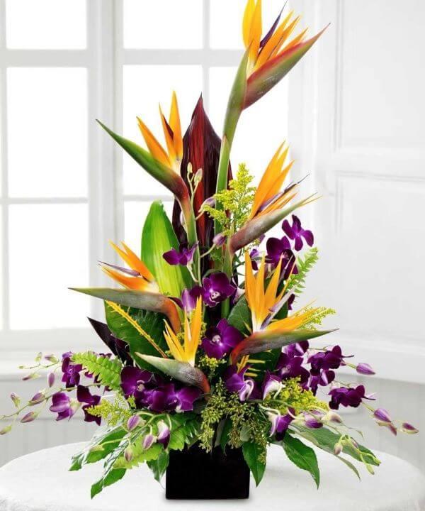 Helicônia arranjos com orquídeas roxas