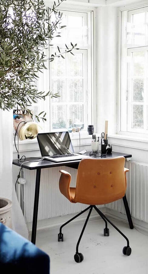 home office pequeno decorado com cadeira decorativa giratória Foto Wood Save