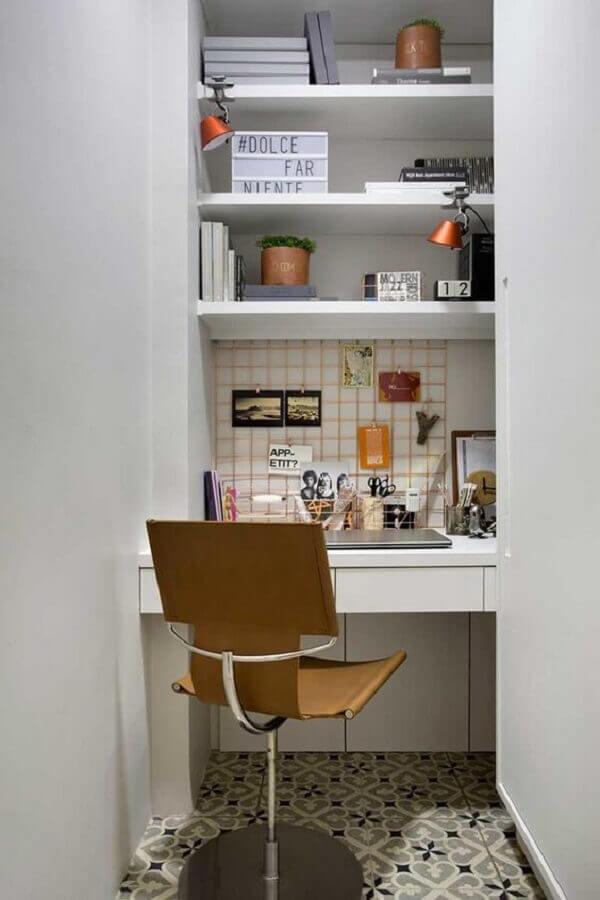 home office pequeno e simples decorado com cadeira giratória com braço Foto Casa de Valentina