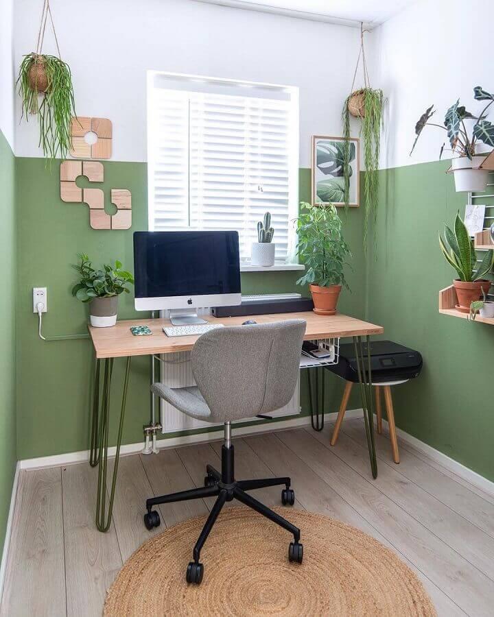 home office simples decorado com parede verde musgo Foto Kelly