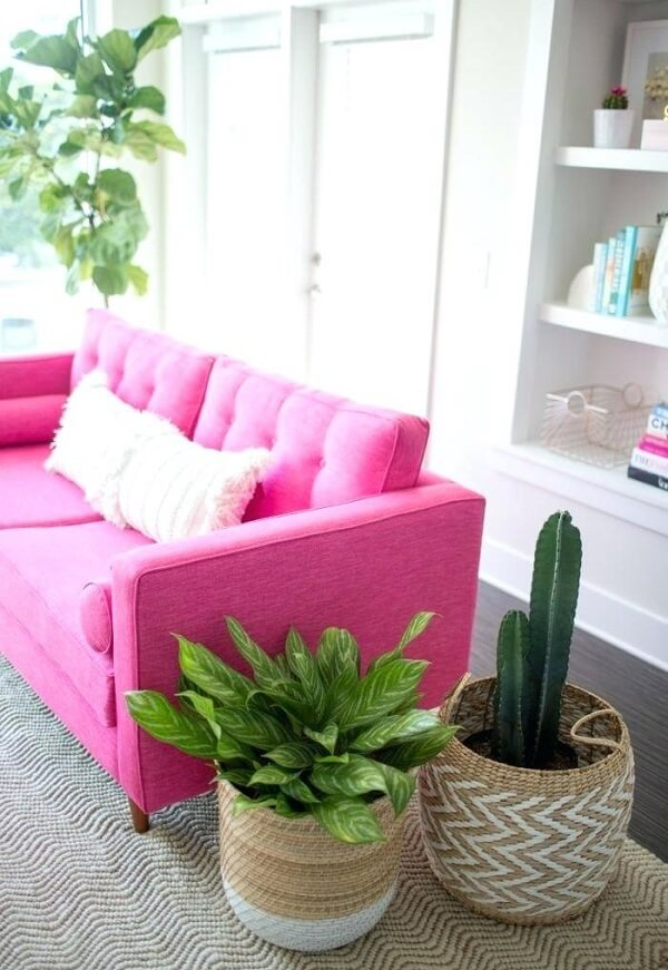 Sala de estar com sofá pink chama a atenção e se destaca no ambiente