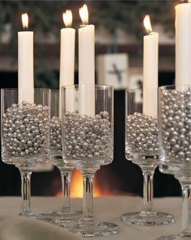 ideia de decoração de réveillon simples com velas dentro de taças com bolinhas prata Foto Party Style