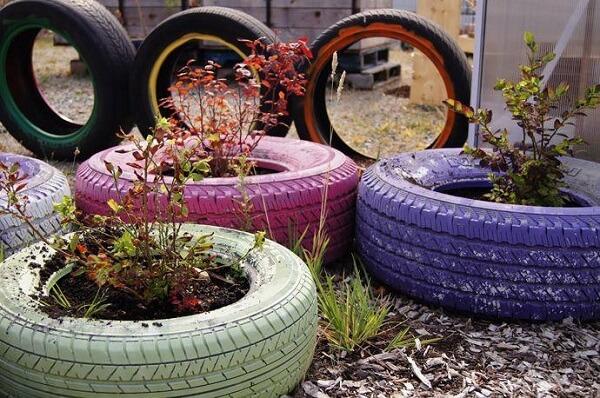 Enfeites para jardim feito com pneus coloridos.