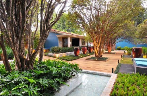 jardim residencial - área externa com piso de deck