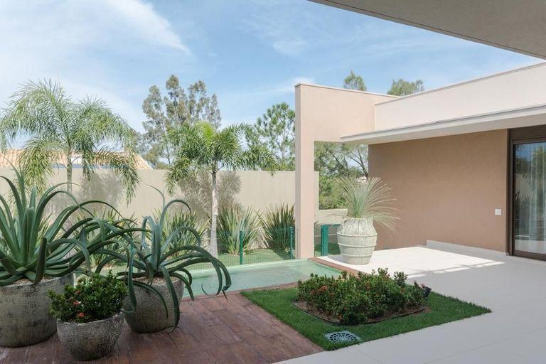 jardim residencial - área externa com piso de deck e vasos