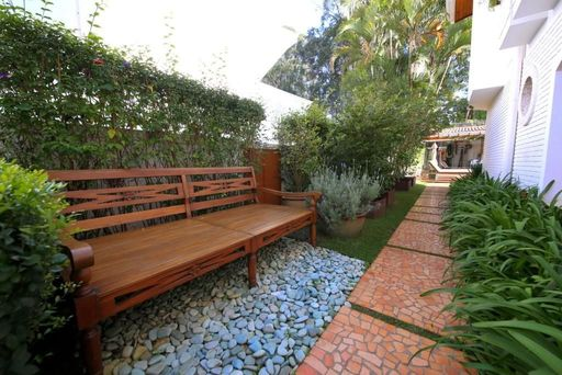 jardim residencial - jardim com banco de madeira e pedras