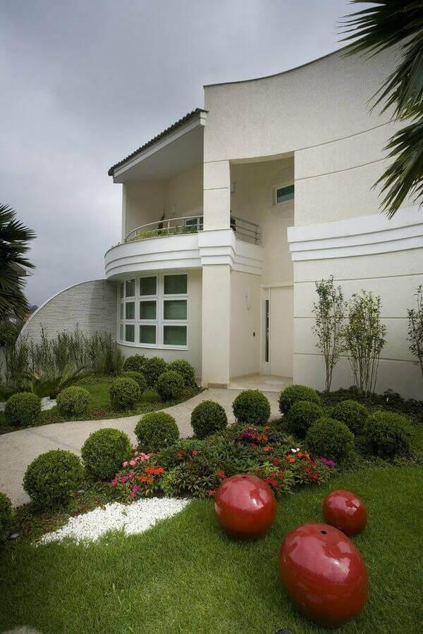 jardim residencial - jardim com mini árvores e bolas vermelhas