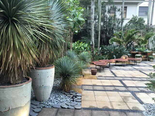 jardim residencial - jardim com vasos brancos