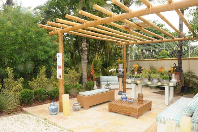 jardim residencial - pergolado de banco e mobiliário de fibra sintética