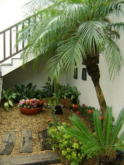 jardim residencial - piso com tacos de madeira e pedrinhas pequenas